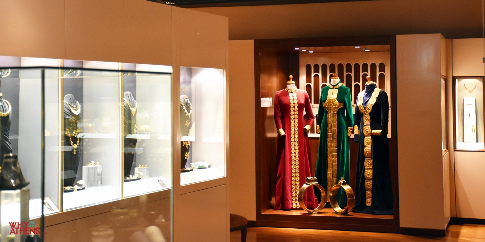 Inside the lias Lalaounis Jewelry Museum, you can find   over 4000 pieces of jewelry and microsculptures, designed between 1940 and 2000 by the museum's founder.