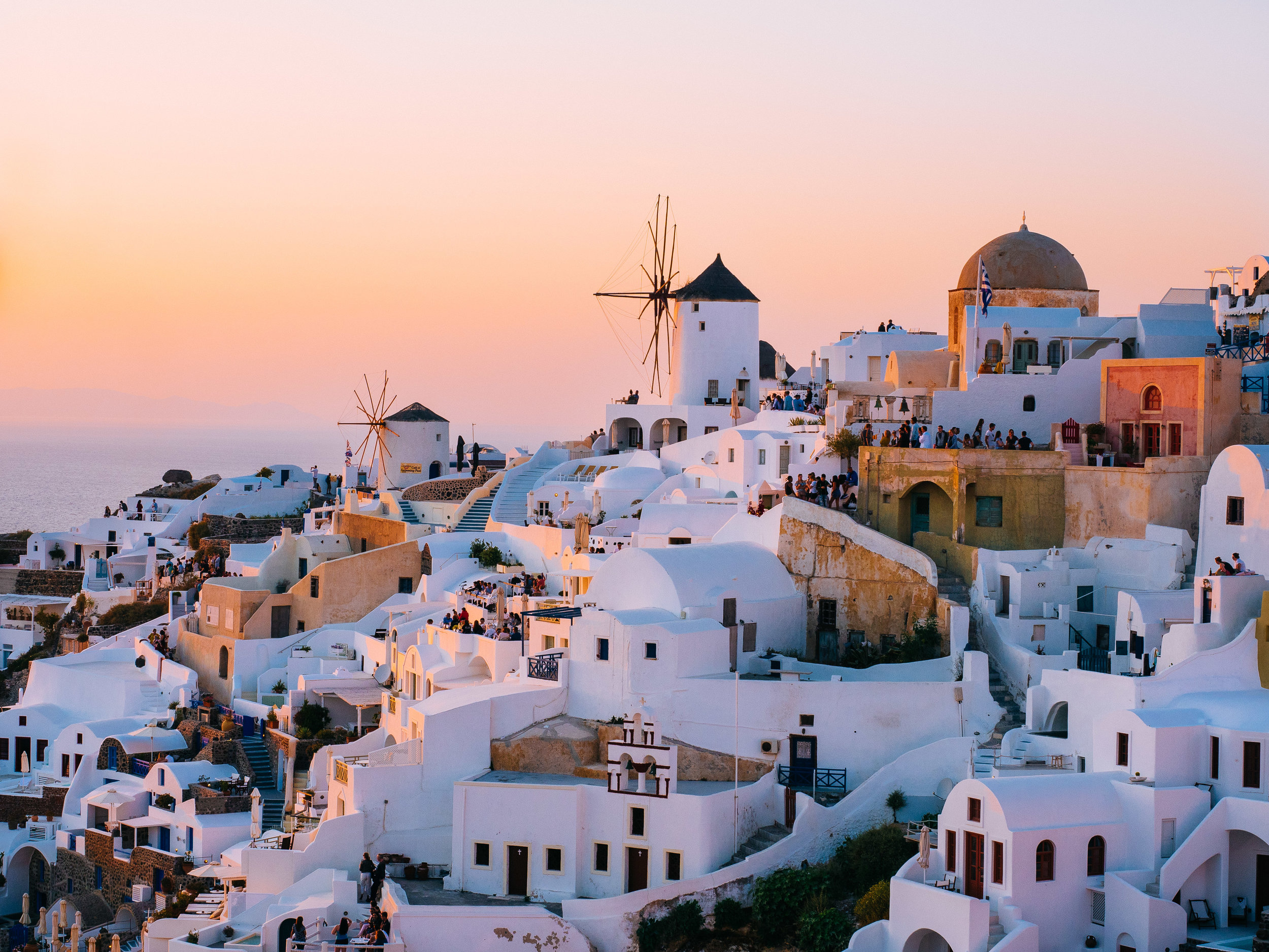 Santorini, the world-renowned destination, can appear overwhelming without prior research. Check out our must-see guide and discover the beauty of the most famous Greek island. Photo source: Unsplash