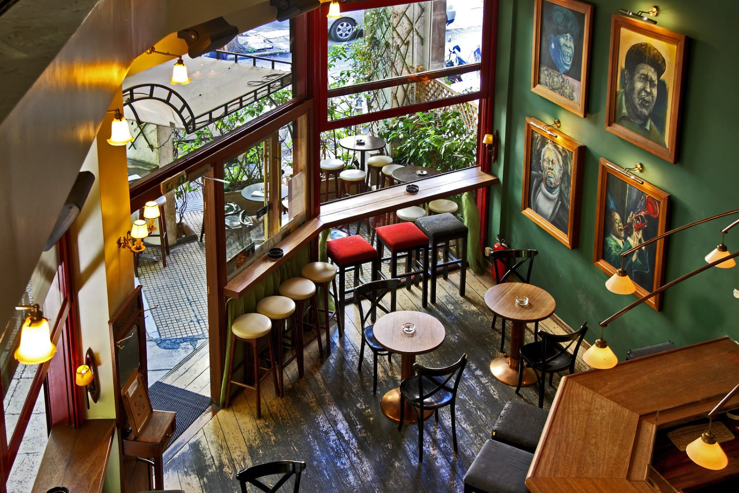 Have a drink in one of Exarcheia's most famous bars, Mavros Gatos. Photo source: neopolis.gr