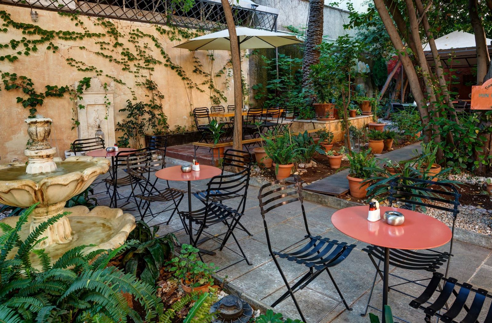At  Black Duck  you will find a cute courtyard and you can listen to amazing music selections by their DJs. Photo source: exodos24.com