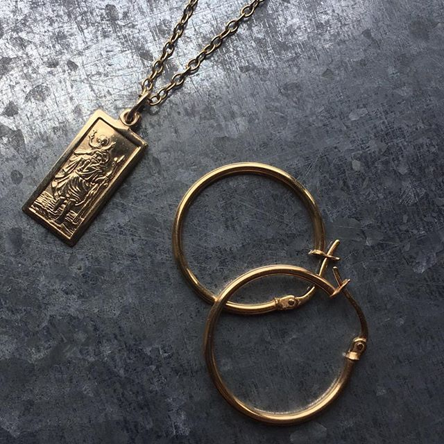 Choosing some of my jewellery box favorites, getting ready for Monday. New Week-New Goals 😉  #towerjewellers #jewellery #jewelleryflatlay #jewellerybox #gold #goldjewellery #goldhoops #goldhoopearrings #medal #sundayvibes #love