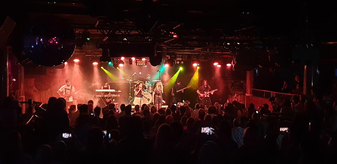 Imagen de Ella Baila Sola en el concierto de presentación en Madrid