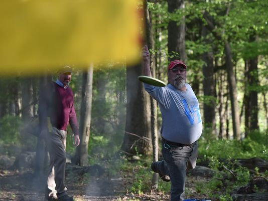 Jeff Mahler throws a Frisbee at a disc golf course. Photo: Marko Georgiev/NorthJersey.com)