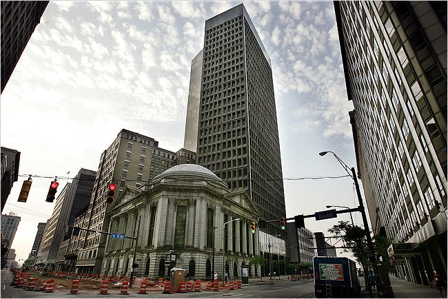 Marcel Breuer's 1971 Cleveland Trust Tower was abandoned in the late 1980s. A development plan proposes an office building on the site.  Credit David Maxwell for The New York Times