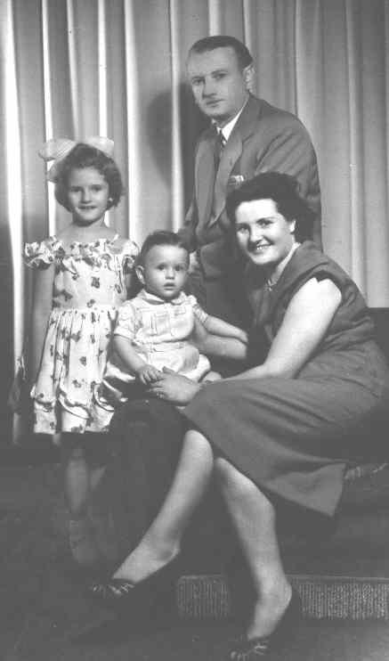 Grupo familiar. Mamá y papá, mi hermano Alberto y yo. Buenos Aires 1952