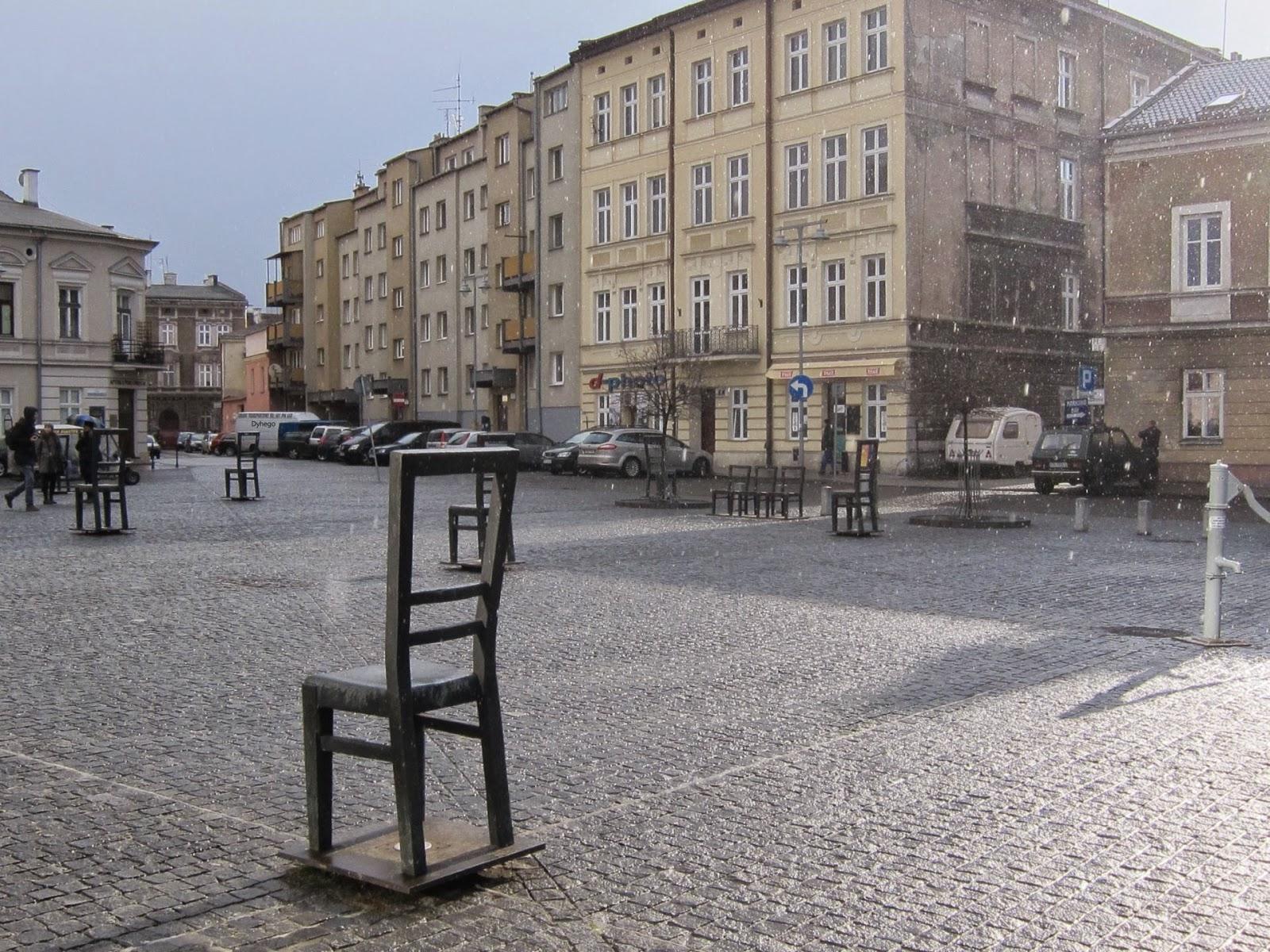 """- Instalación """"La silla vacía"""" en la Plaza Héroes del Gueto donde estaba la Umschlagplatz, Cracovia.Obra de Piotr Lewicki y Kazimierz Latak"""