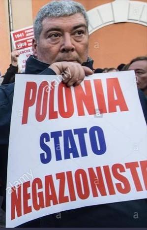 Demostración en Italia contra el negacionismo polaco