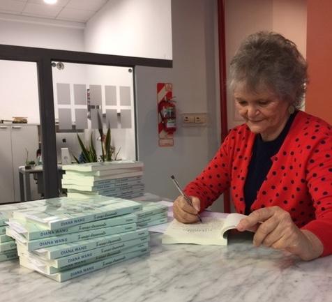 Firmando ejemplares para periodistas y medios