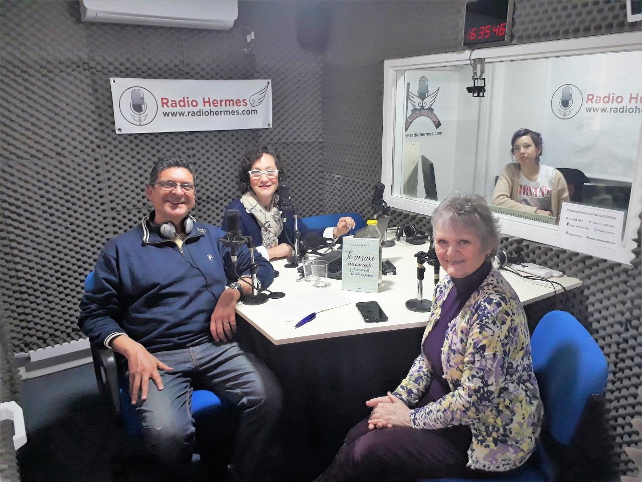 En el estudio de Radio Hermes, con Lena Reingold y Marcelo Della Mora en su programa Programa Radio Psi. Sábado 10 de agosto de 2019.