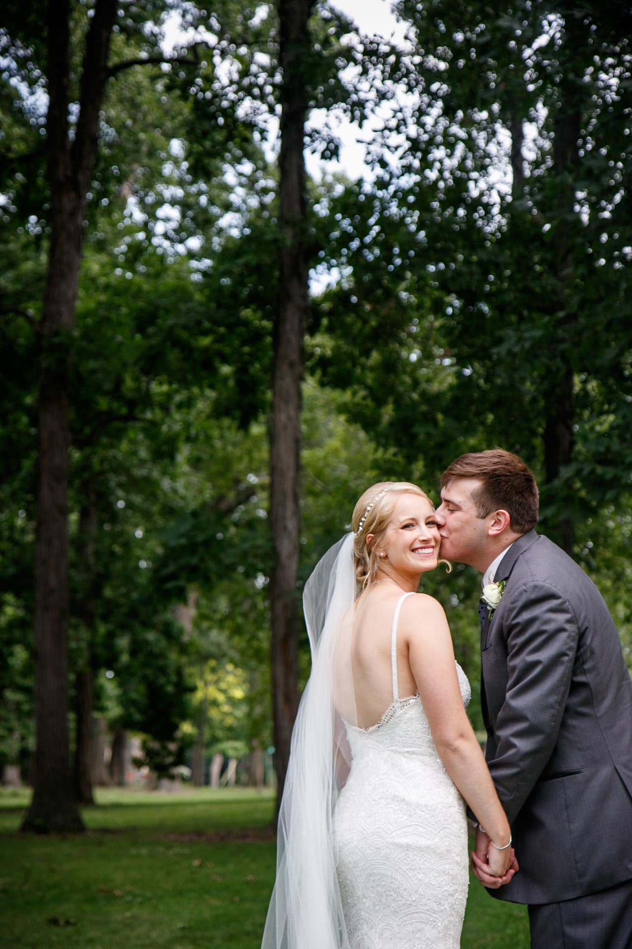 neenah-riverside-park-bride-groom-adam-shea-photography-green-bay-appleton-neenah-photographer-8.jpg