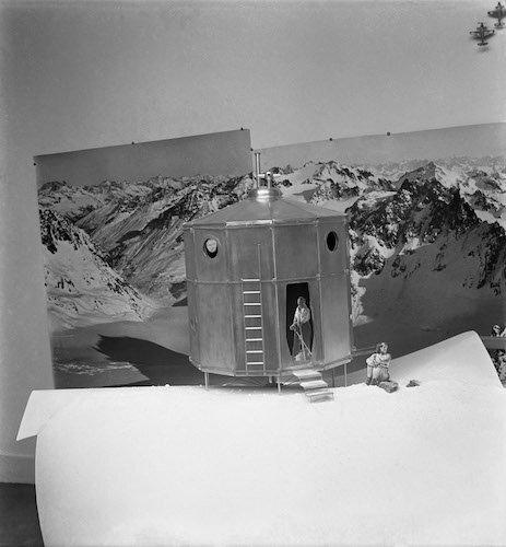 charlotte-perriand-pierre-jeanneret-tonneau-refuge-1938_500.jpg
