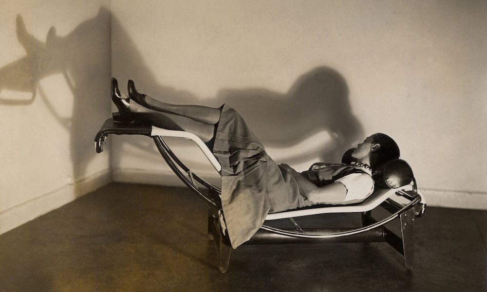 Charlotte Perriand on her chaise longue basculante, b306 (1928-1929)