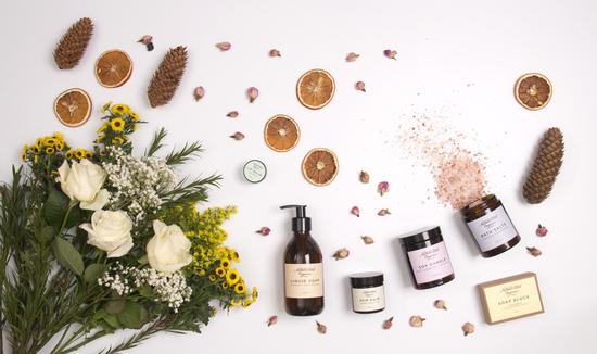 NATHALIE BOND: tekoče milo, kopalna sol, balzam za kožo, sveče z eteričnimi olji in milo z dišavnicami