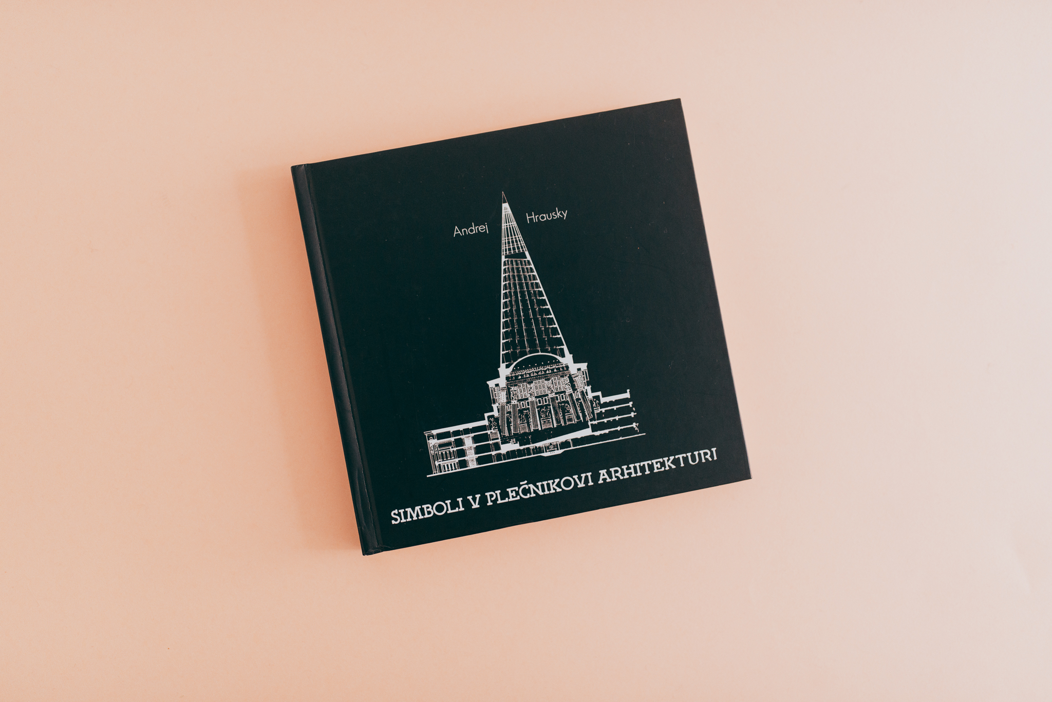 Knjiga Simboli v Plečnikovi arhitekturi