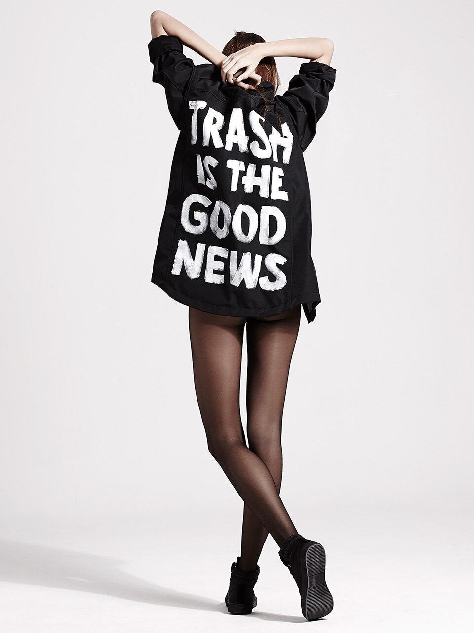 espalda_compromiso_noplanetb_trash-is-the-good-news_mujer_reciclado_abrigo_negro.jpg