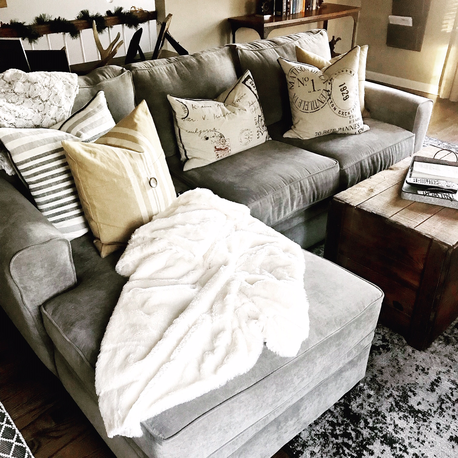 How Many Pillows Pillow Combinations For Beds Couches Sectionals And Chairs The Decor Formula