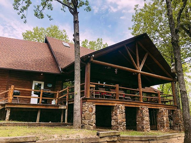 Who would like to spend Memorial Day weekend here 🙌🏻🙌🏻 The Cownie Lodge is available & is ready to be booked! Contact us now for more info 🇺🇸