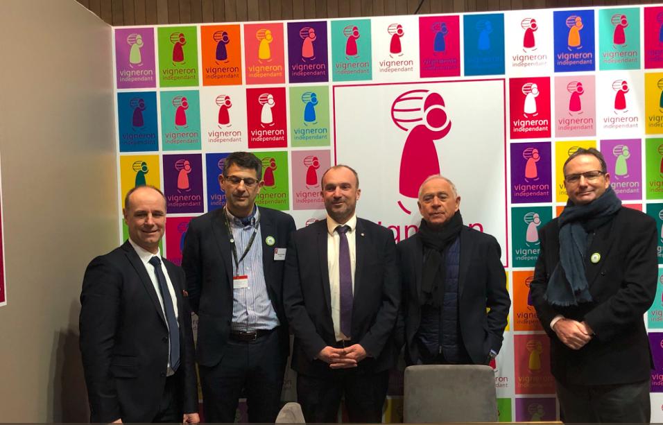Sur le stand des Vignerons indépendants, le Sénateur François Patriat et Benjamin Dirx, député de la 1ère circonscription de Saône-et-Loire sont accueillis sur le stand par le Président Thomas Montagne et son équipe.