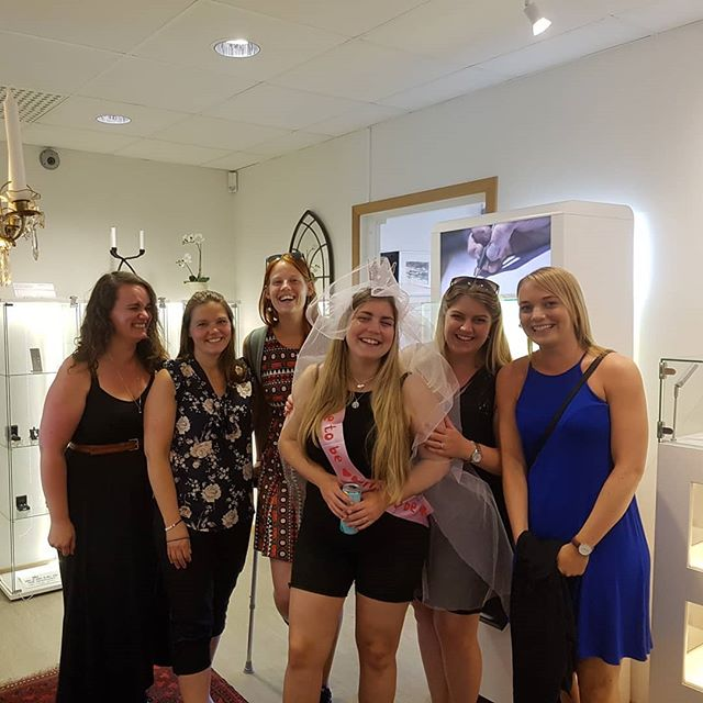 Last week I had these lovely ladies visiting the workshop on a bridal shower.  The bride made a beautiful pendant in silver.  Its always fun to be able to assist at these kind of events, especially when the result turns out good 😊  #guldsmide #guld #möhippa #event #gold #bridalshower #workshop #virreshippa19 #wedding