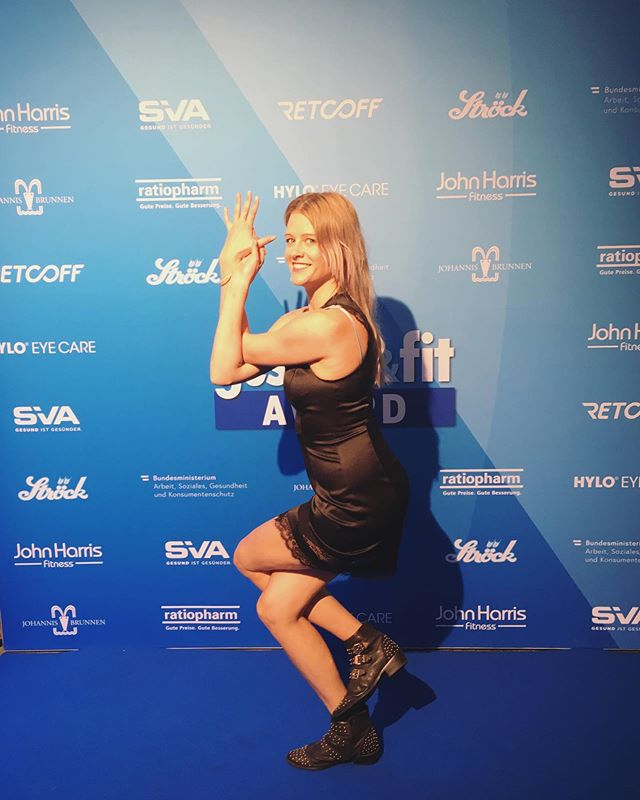 Strike a pose! There's always time for yoga 😂 - even at the @gesund24 awards. Thanks for the invite @nina_madonna und @jenny.magin! Thanks for being my date @neurospa.drkechvarjasmin! 😘 *  #yoga #strikeapose #eagle #health #event #vienna #awards #yogaeverywhere #gesundundfit