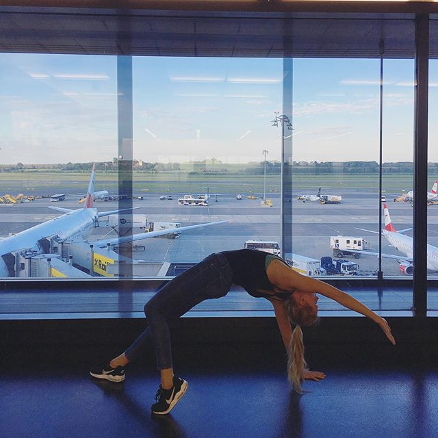 Yoga at the airport is my thing 🙈😂 *  So excited for this weekend in London 🇬🇧🤘🏻 and for the workshop with @kathrynbudig at @triyogauk. 🧘♀️ *  #travel #weekendgetaway #friyay #workshop #yoga #kathrynbudig #london #airportyoga #vienna #fit #bendy #goodmorning