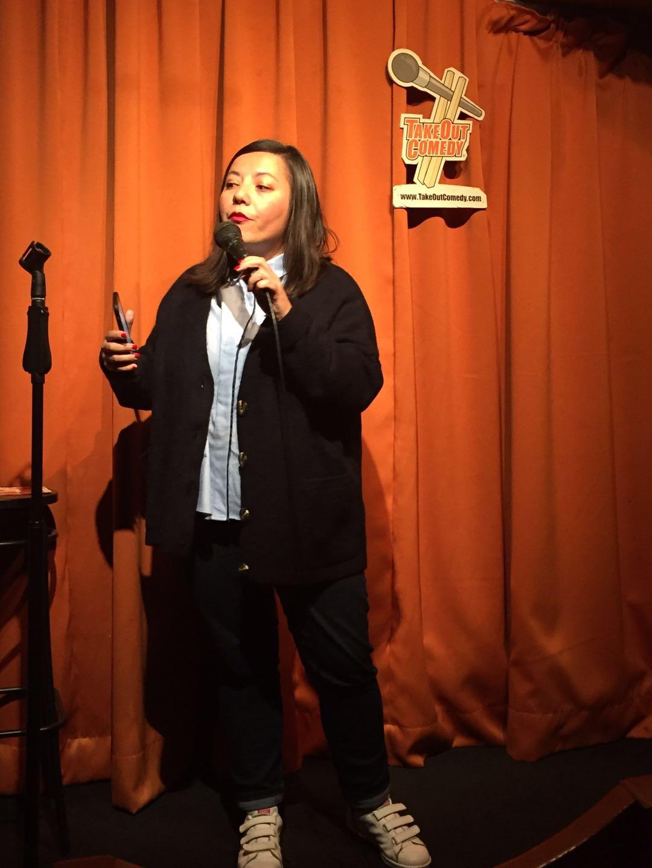 Candiie fait un passage sur un open mic en anglais lors de sa venue à Hong Kong