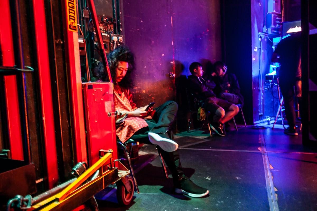 Bun Hay Mean attend en coulisse à quelques minutes de monter sur scène à Hong Kong.