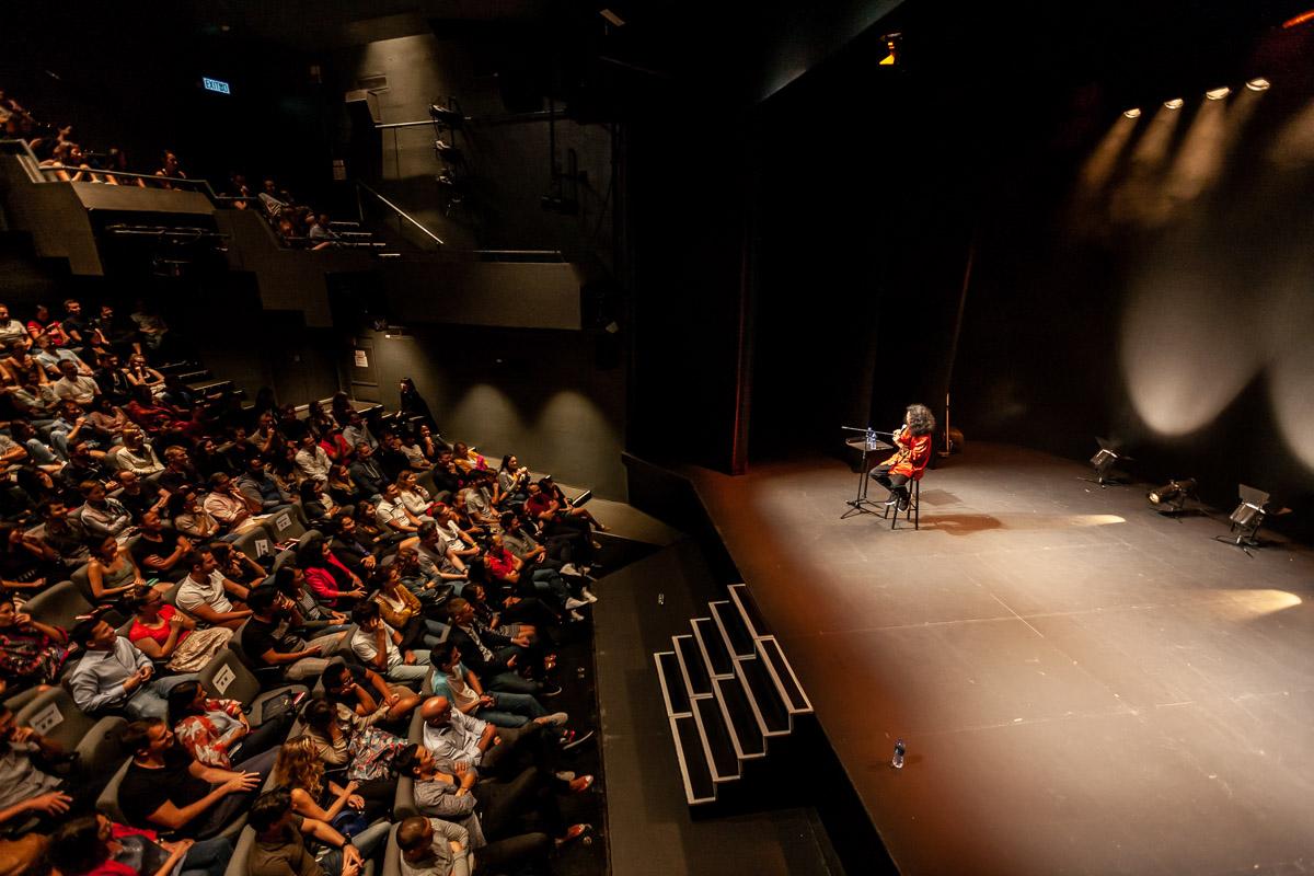 Bun Hay Mean sur la scène du Shouson Theatre à Hong Kong.