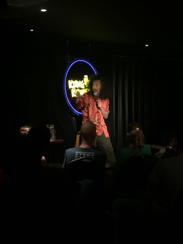 Bun Hay Mean sur scène à Shanghai.