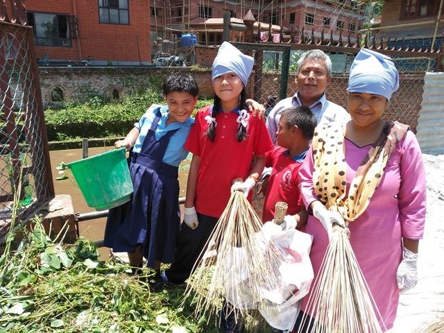 Dans un souci de préserver l'environnement, les enfants encadrés par l'équipe nettoient et jardinent autour de l'école.