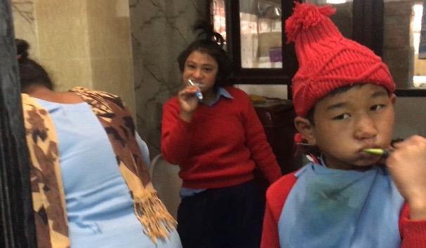 Les enfants se ruent pour se laver les mains et se brosser les dents dans la nouvelle salle d'eau
