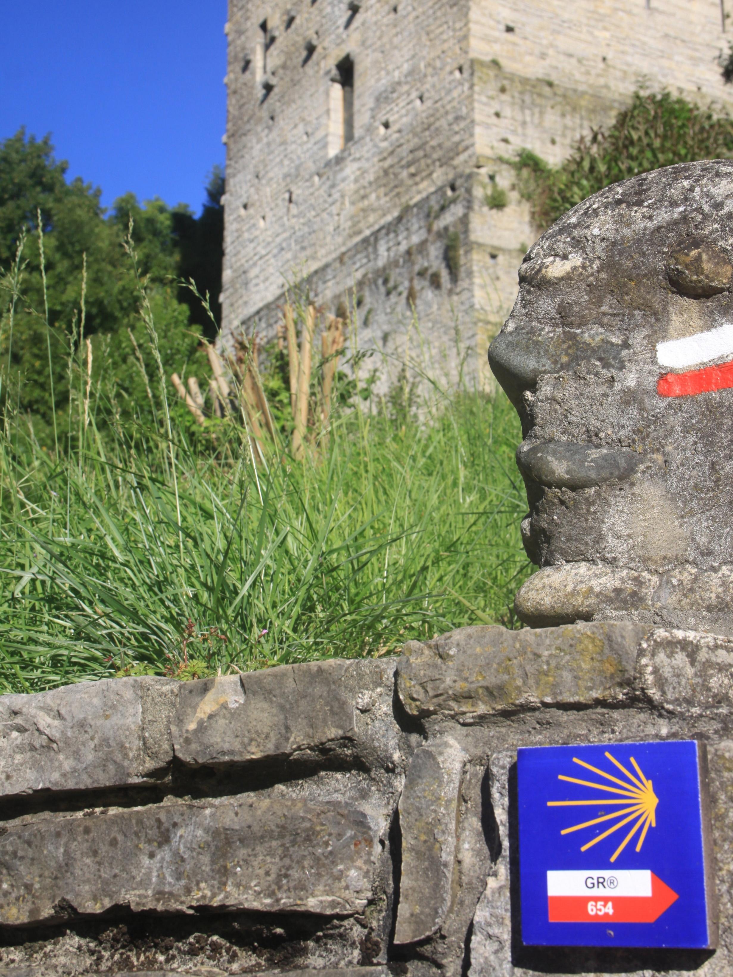Compostelle St Jacques passes through the Monréal Tower and under our arches leading to the Pont de la Légende.