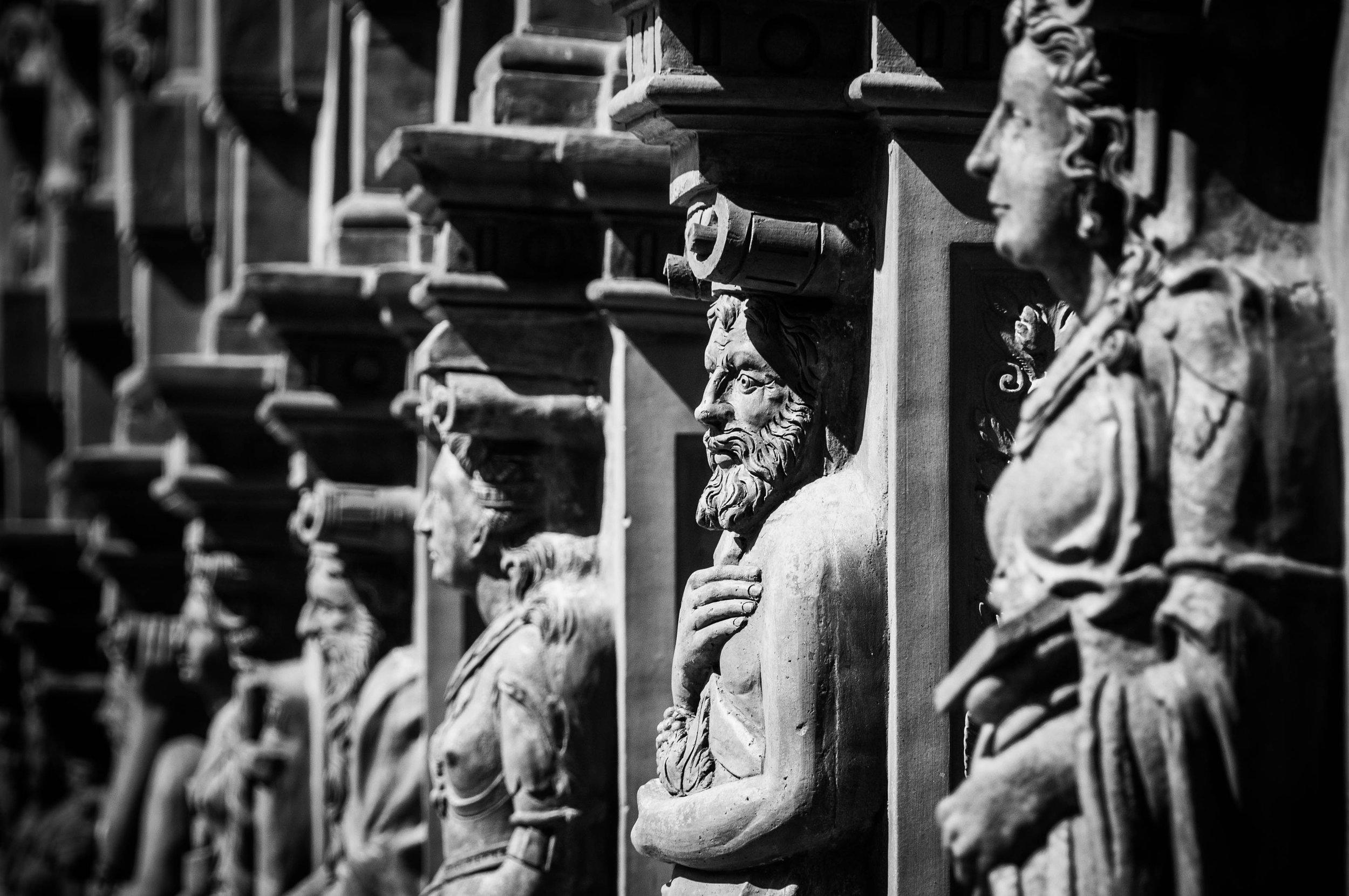 renaissance-schallaburg-figures-facade.jpg