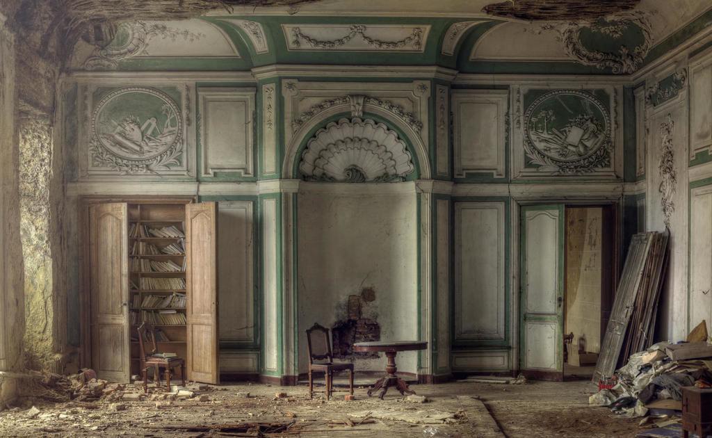 england-manor-house-debris-strewn-room-andre-govia-photo-jpg.jpeg