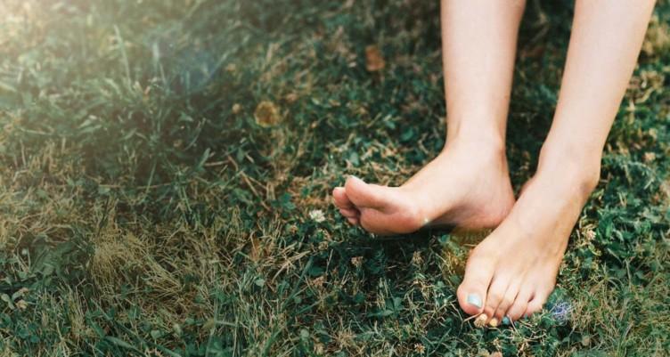 Earthing-The-Case-for-Going-Barefoot_header-752x401.jpg