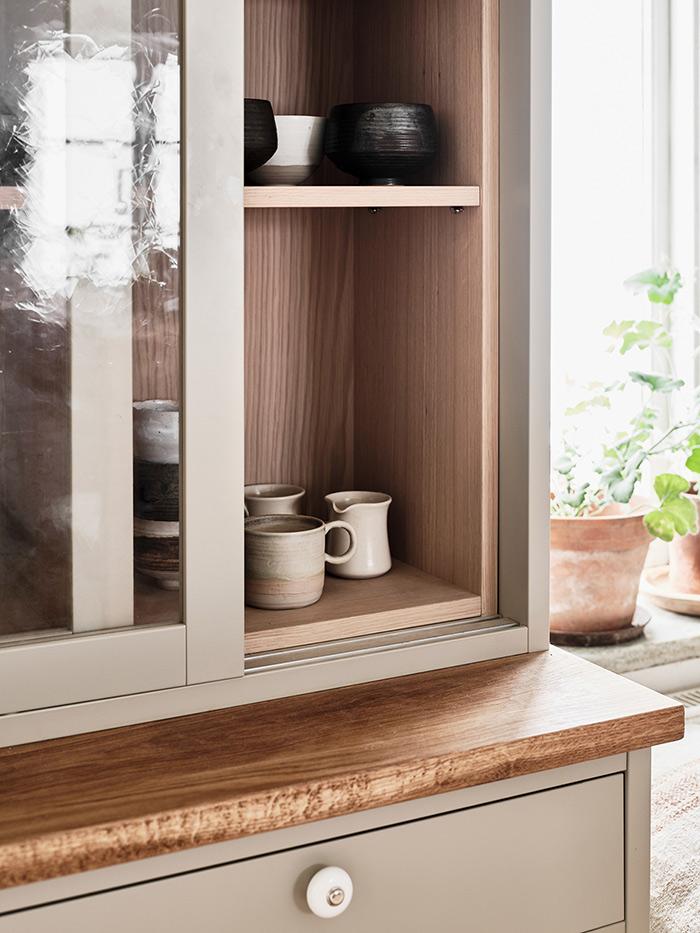 Platsbyggt vitrinskåp med träinsida och det noggrant utvalda glaset.
