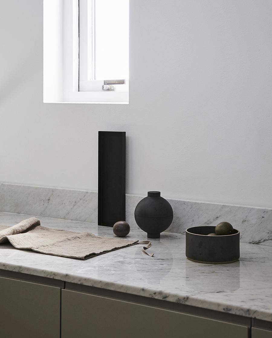 Slätt minimalistiskt kök i grått -   läs mer