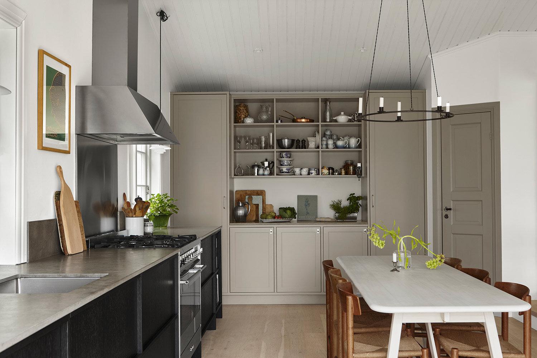 Johanna Bradfords kök med fina detaljer och kontrasterande köksdelar.