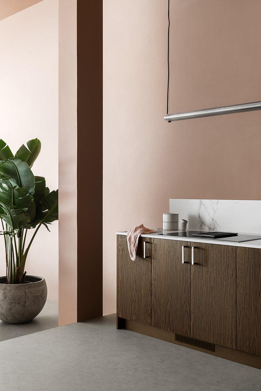 Så fin kontrast mellan det varma träet och den levande rosa färgen.