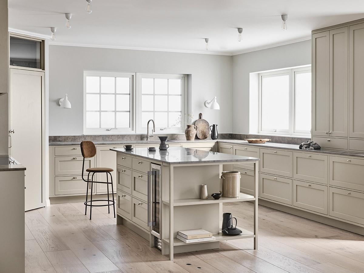 Shakerkök - Pris på vårt shakerkök i skandinavisk stil 98.000 - 148.000 SEK (Prisexempel gäller ett normalstort kök i standardutförande)Shakerköket har en design där man ofta ritar in fler luckor och lådor för mycket förvaring. De flesta av våra kunder väljer denna stil om man har ett större rum och då oftast med en köksö. En traditionell och tidlös stil skapad för att hålla under lång tid.Prisexempel exklusive vitvaror, bänkskiva och montering.Se fler shakerkök här
