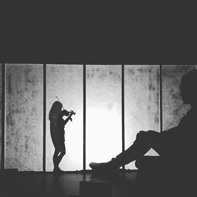 Från gårdagens rep på Inkonst! @karinwiberg kom förbi och spelade lite för oss och vågade sig bakom skärmen 🙋  Den 26-28 september spelar vi på @inkonst i Malmö och har glädjen av att spela med hela fyra stråkmusiker 🤩🤩🤩🤩 Utan stöd från @malmostad hade detta inte varit möjligt!  #savethedate #kärakristinejensen #stringquartet #premiar #newmusic #musicandtheater
