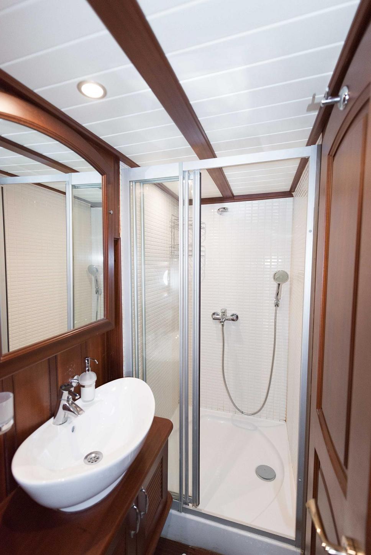 12 - Forward Cabin Bathroom.jpg