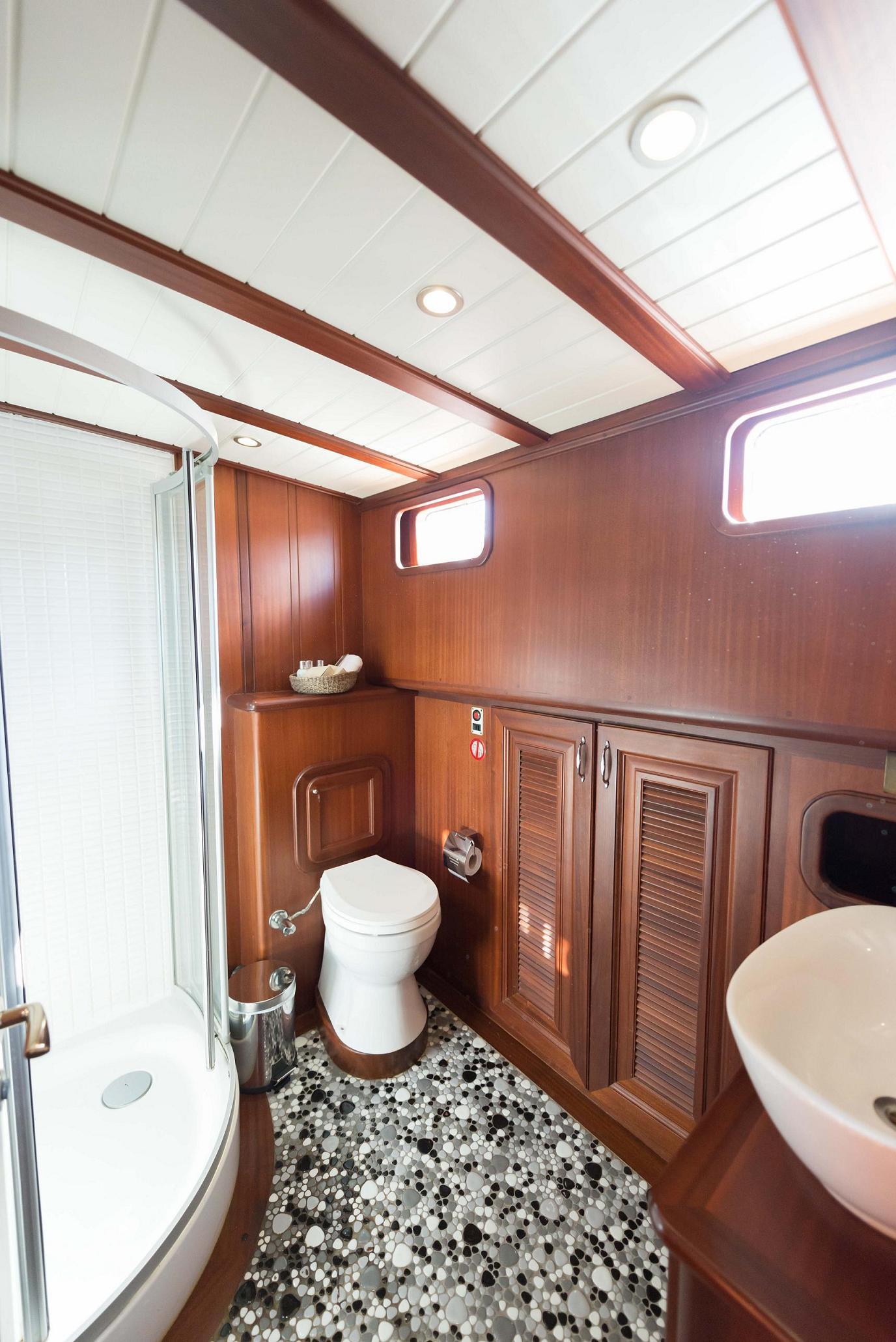 14 -  Mid. Cabin Bathroom.jpg