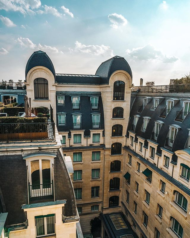 Golden rooftop views from @thepeninsulaparis 🌆🎥