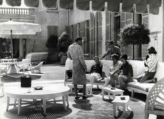 Marella Agnelli and Gianni Agnelli with friends on the terrace of La Leopolda, July 1957. Photo by Benno Graziani