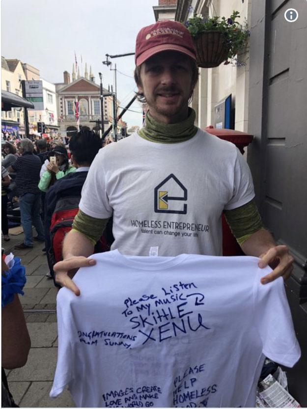 Nuestro regalo - Andrew Funk, CEO de #HomelessEtrepreneur,y la camiseta firmada por las personas sin hogar de Windsor.