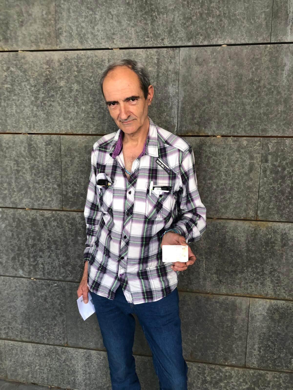 Ramón con su recién estrenado DNI