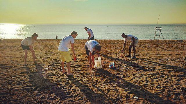 #LimpiandoLaPlaya. Limpiamos la playa durante una hora como parte de nuestro evento #TDELC porque creemos en la importancia de cuidar nuestro medio ambiente. #TrabajoEnEquipo También creemos en cuidar a las personas que viven en nuestras ciudades. ¿Qué estás haciendo en tu ciudad para crear un mejor ambiente? #HomelessEntrepreneur #TodosDurmiendoEnLaCalle