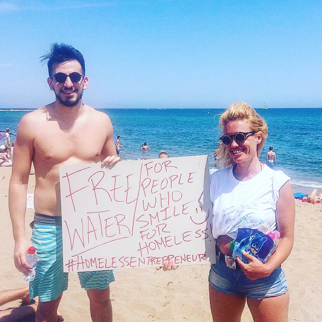 """""""¡1 botella de agua gratis por 1 sonrisa para personas sin hogar"""" durante nuestra actividad #TDELC, #HomelessEntrepreneur (s) dio agua a que pasaban por la playa a cambio de una sonrisa. ¡Incluso llegamos a conocer a otra organización sin hogar de Escocia! #DunedinCanmore #TodosDurmiendoEnLaCalle"""