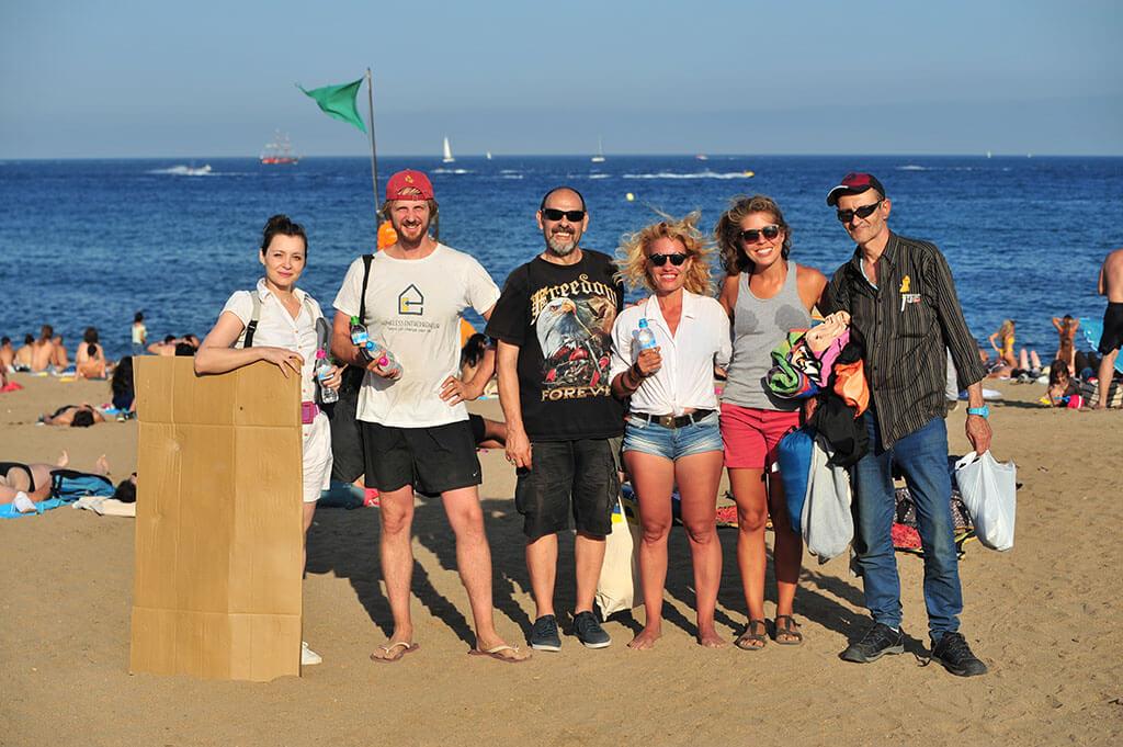 Nos encanta cómo personas de todas partes se acercan a preguntarnos sobre nuestra organización en cada evento. #HomelessEntrepreneur  Foto: La 23ª edición de #TDELC en la playa de Sant Sebastià (Barcelona)